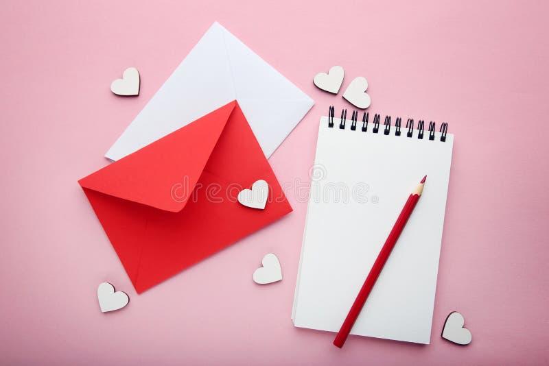 Weiße Herzen mit Umschlägen lizenzfreies stockfoto