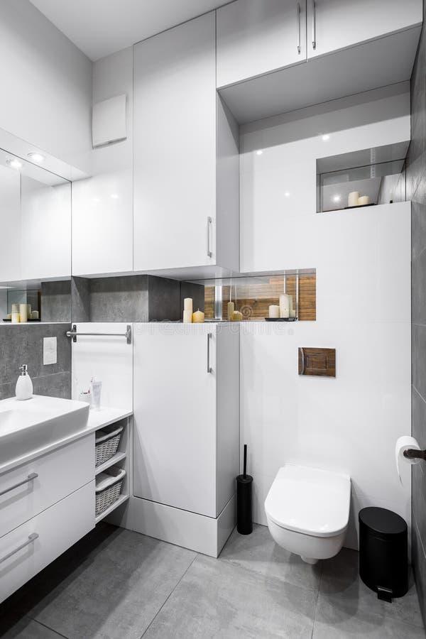 Weiße Hochglanzbadezimmeridee stockbild