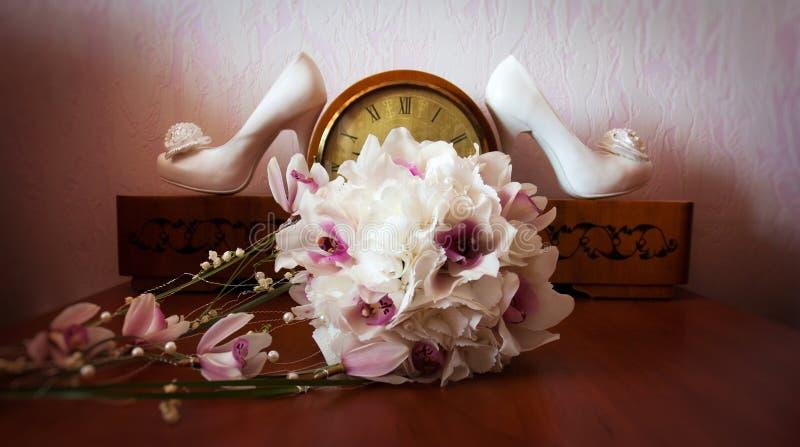 weiße Hochzeit beschuht Zusammensetzung stockfotos