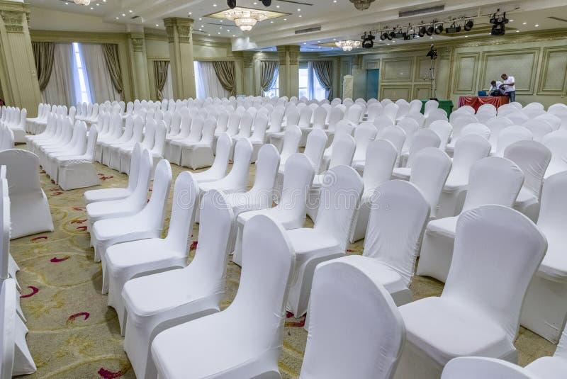 Weiße Hochzeits-Stühle stockfotos