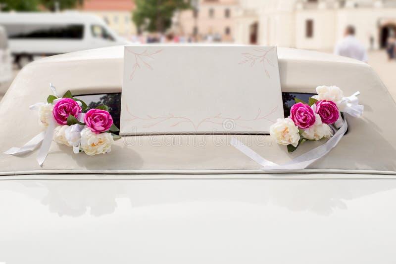 Weiße Hochzeitslimousine verziert mit Blumen lizenzfreie stockfotografie