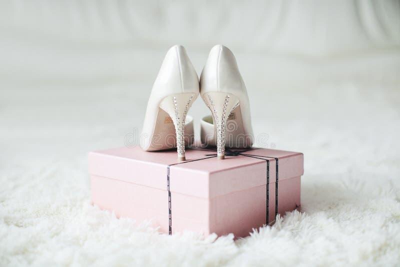 Weiße Hochzeitsschuhe stockfoto