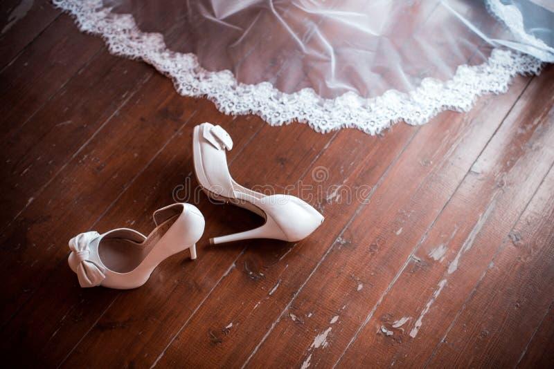 Weiße Hochzeitsschuhe und -schleier stockbilder