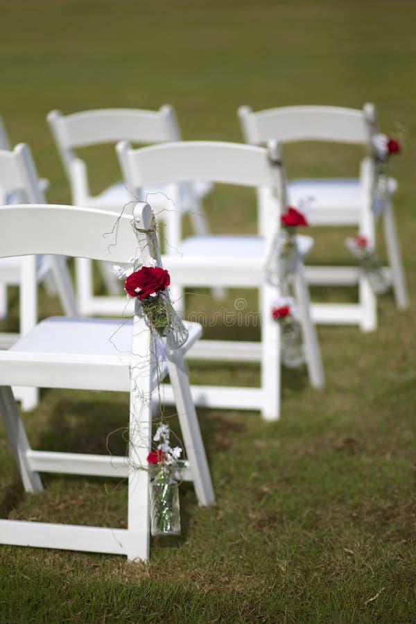 Weiße Hochzeitsstühle lizenzfreie stockfotografie