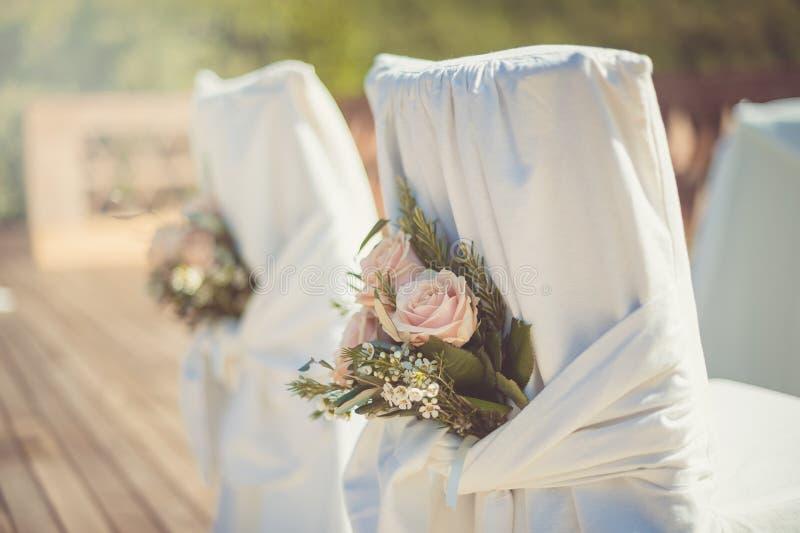 Weiße Hochzeitsstühle für die Zeremonie lizenzfreie stockfotografie