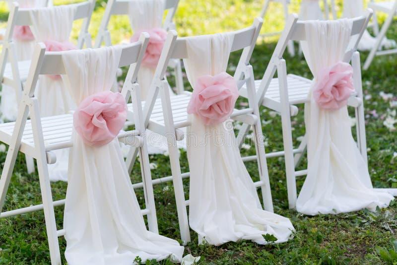 Weiße Hochzeitsstühle für die Zeremonie stockbilder