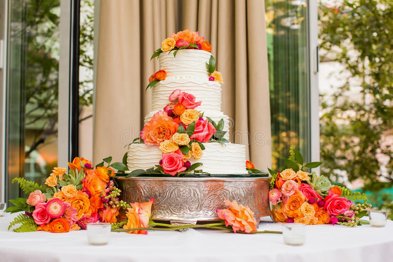 Weiße Hochzeitstorte Mit Orange Blumen Stockbild - Bild von köstlich ...