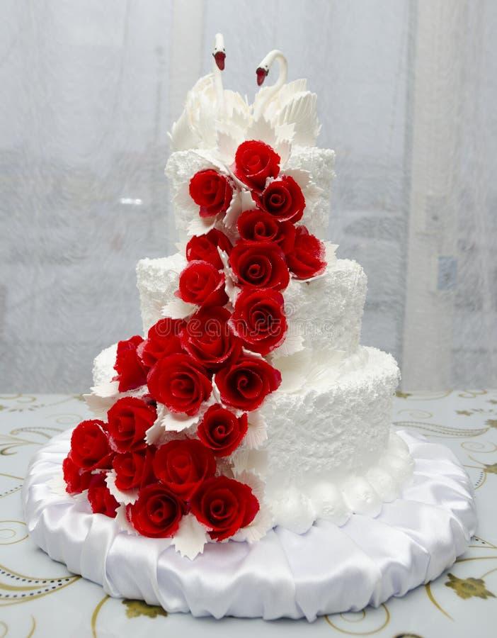 Weiße Hochzeitstorte mit Schwänen lizenzfreies stockfoto