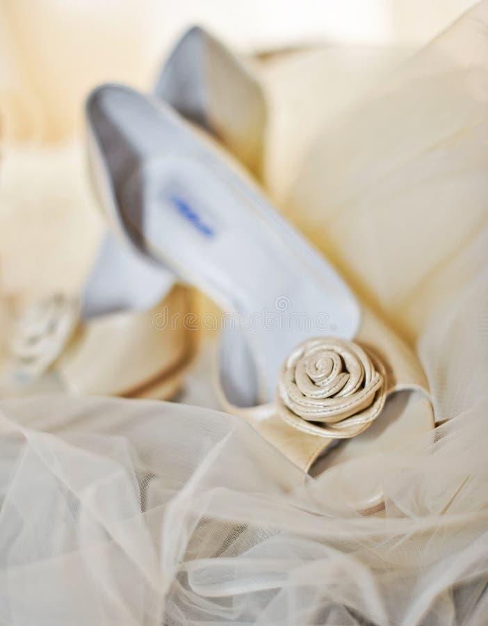 Weiße hohe Absätze pumpen Schuhe stockfotografie