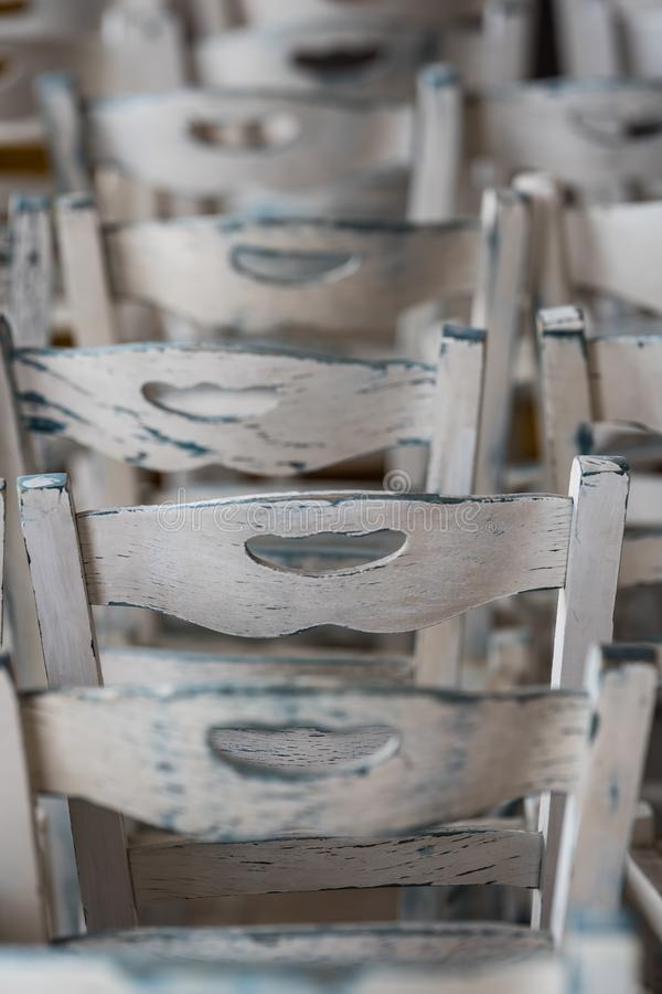 Weiße Holzstühle außerhalb des Restaurants lizenzfreie stockfotografie