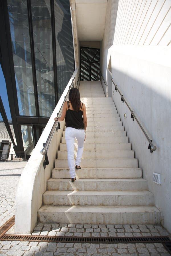 Weiße Jeansfrau an den Treppen stockfotografie