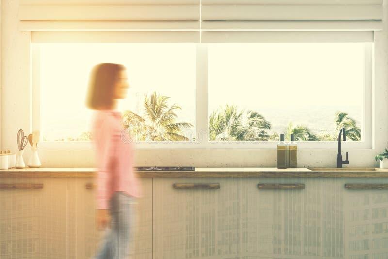 Weiße Küche Countertops schließen oben, Frau lizenzfreies stockfoto