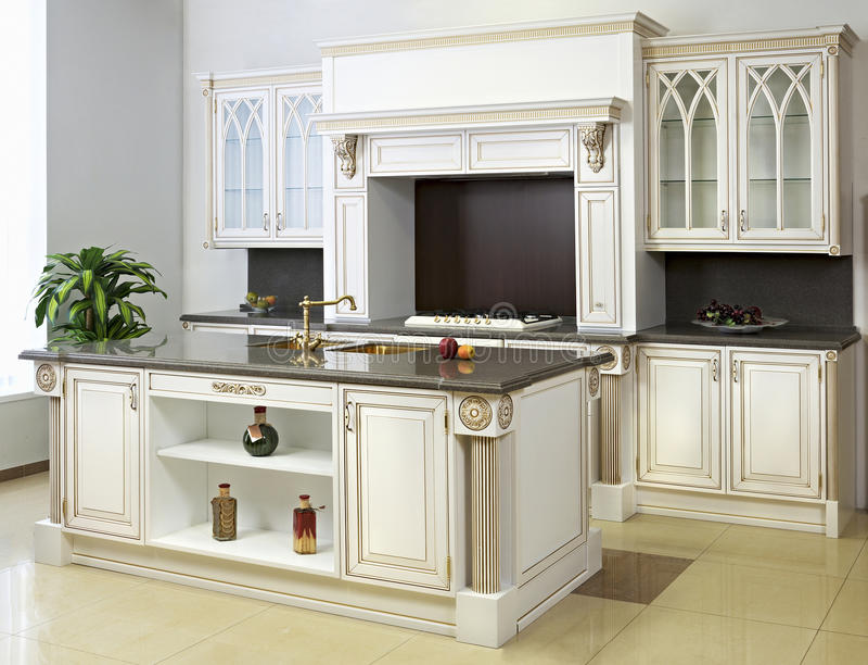 Weiße Küche mit Insel stockfoto