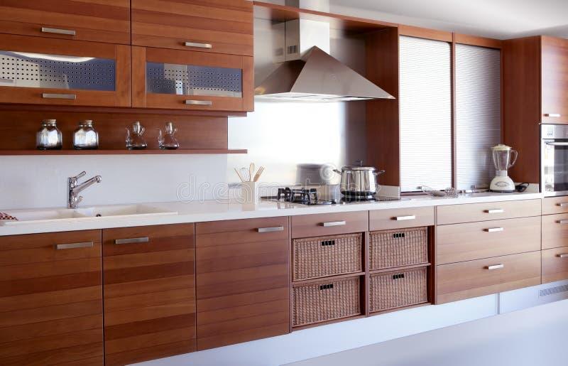 Weiße Küchebank der roten hölzernen Küche stockfotos