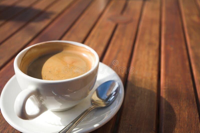 Weiße Kaffeetasse auf Tabelle lizenzfreie stockfotografie