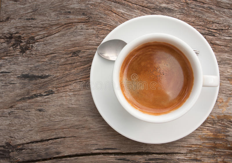 Weiße Kaffeetasse auf Teakholzholz stockbild