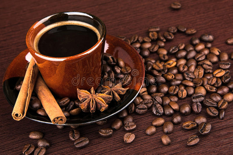 Weiße Kaffeetasse Dunkler Hintergrund stockfotos