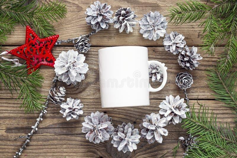 Weiße Kaffeetasse mit Kegeln und Tannenzweigen der weißen Kiefer Raum f stockfoto