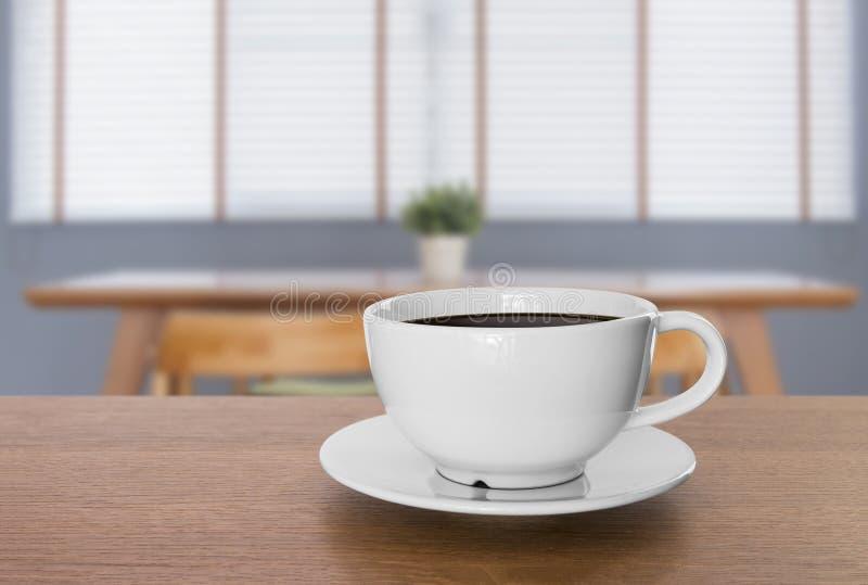 Weiße Kaffeetasse und heißer Espressokaffee auf Holztisch Unschärfe b lizenzfreies stockfoto
