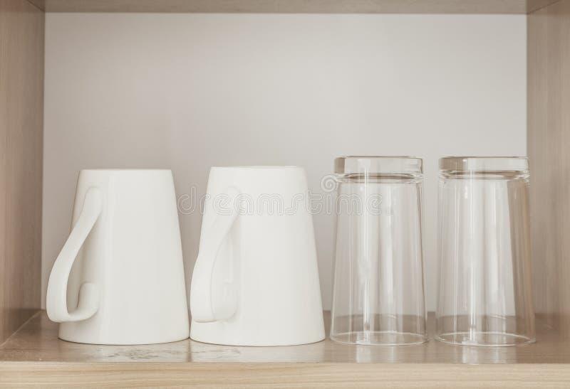 Weiße Kaffeetasse und leeres Glas lizenzfreie stockbilder