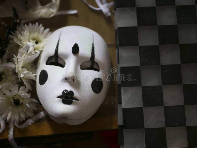 Weiße Karnevalsmaske mit schwarzer Dekoration lizenzfreies stockfoto
