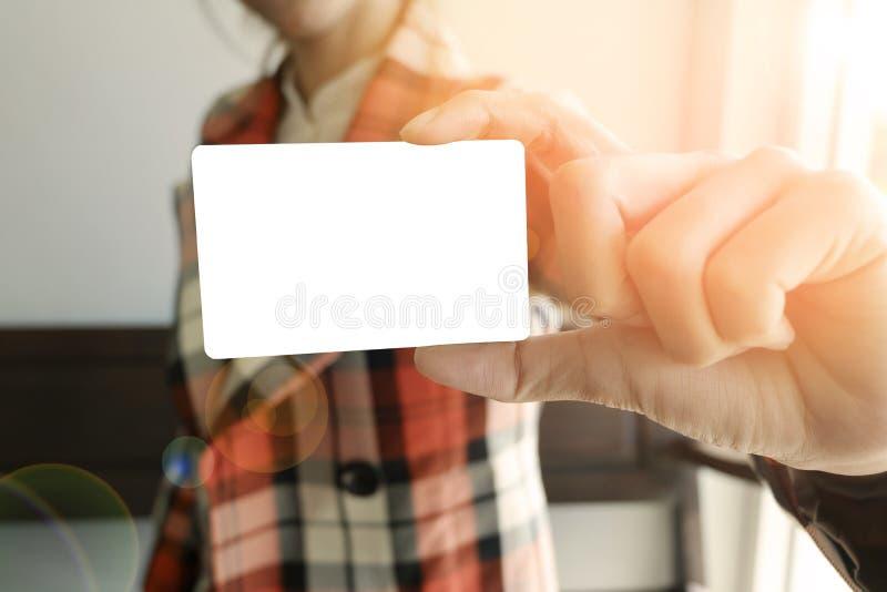 Weiße Karte der Geschäftsfrau-Show, Geschäftsidee, Geschäft concep lizenzfreies stockbild