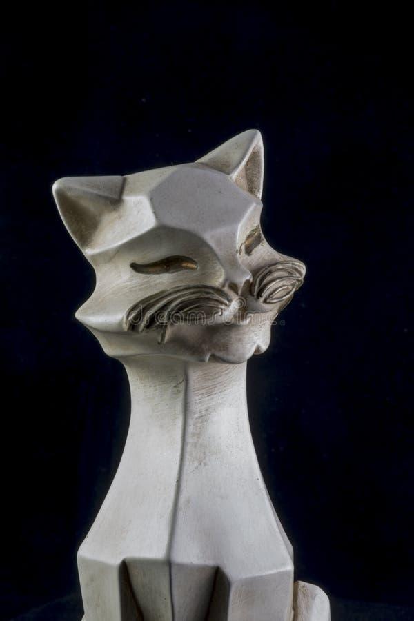 Weiße keramische Katze auf Schwarzem lizenzfreie stockbilder