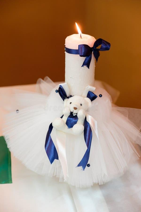 Weiße Kerze für taufen lizenzfreie stockbilder