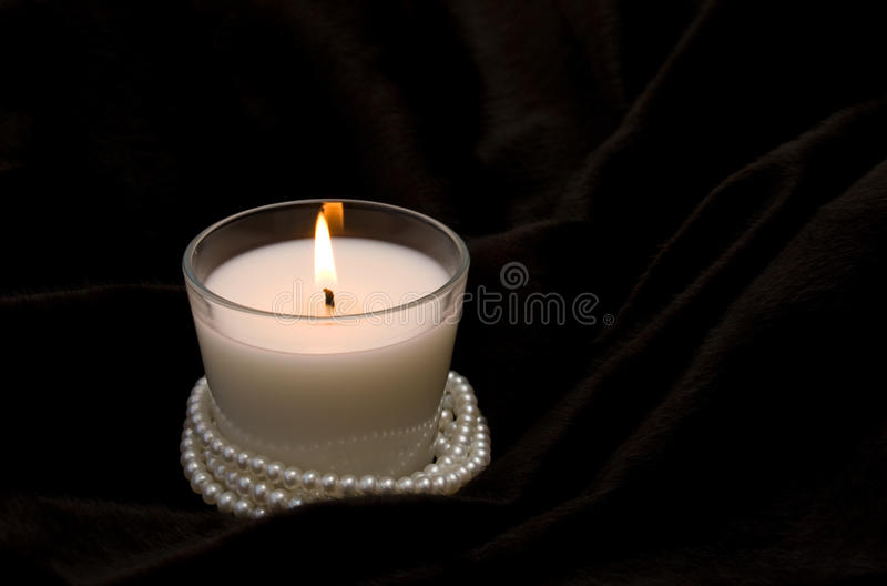 Weiße Kerze im Glas stockbild