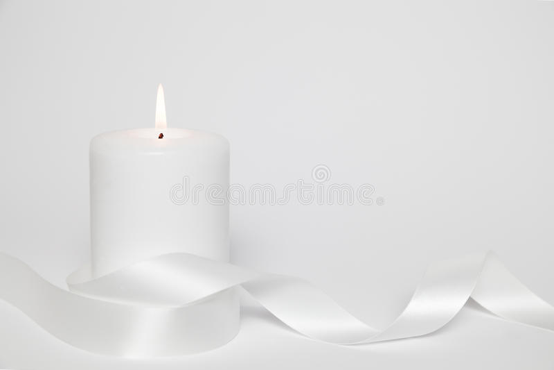 Weiße Kerze und Schleife lizenzfreie stockfotos