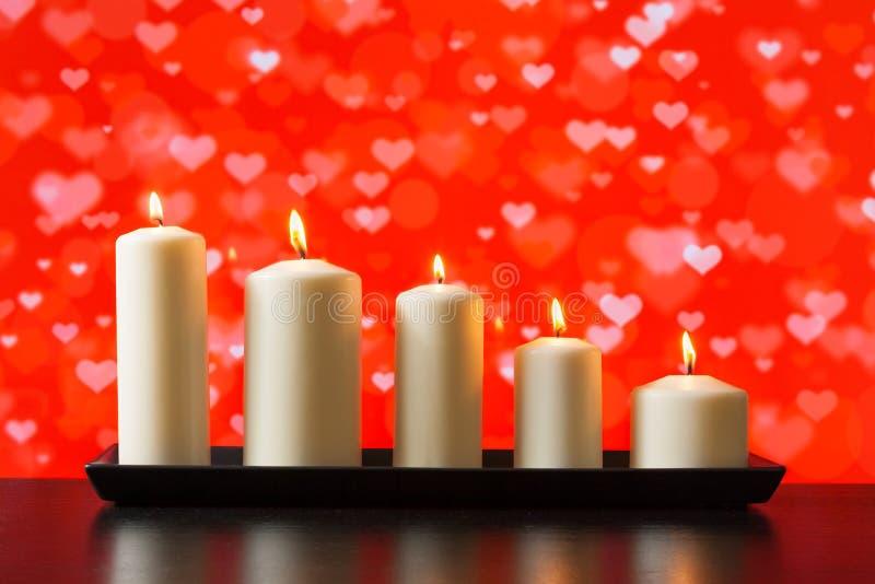 Weiße Kerzen auf hölzernem Tabellenvalentinstagkonzept stockfoto