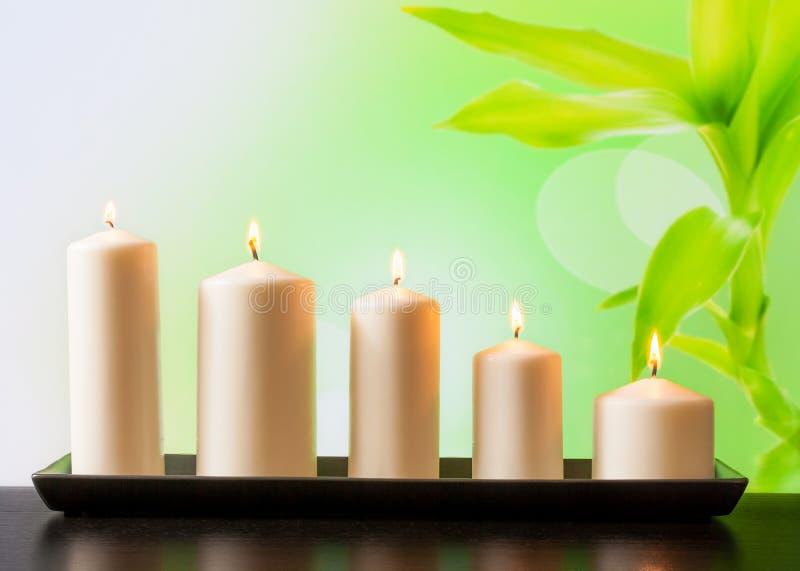 Weiße Kerzen auf hölzerner Tabelle lizenzfreies stockfoto