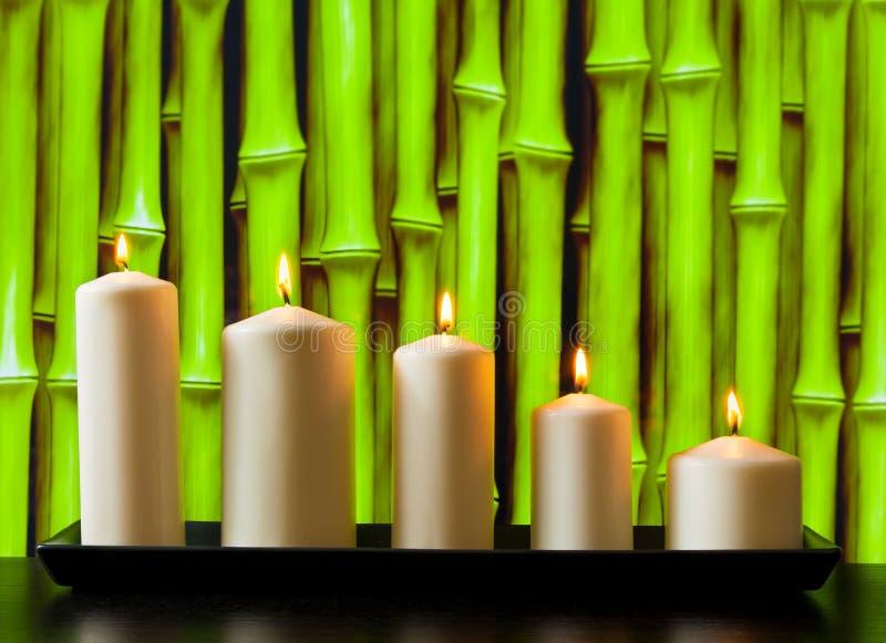 Weiße Kerzen auf hölzerner Tabelle lizenzfreie stockfotos