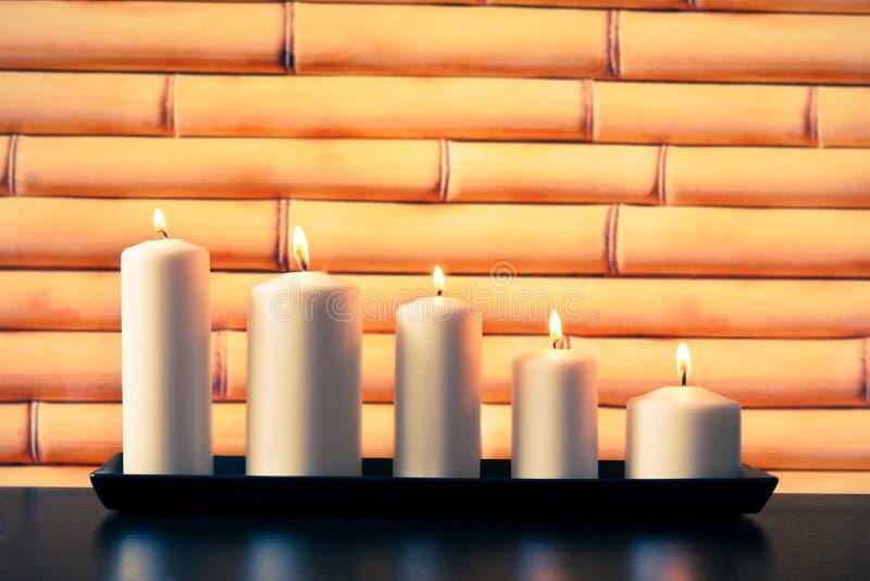 Weiße Kerzen auf hölzerner Tabelle stockbild