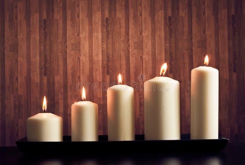 Weiße Kerzen auf warmer Atmosphäre lizenzfreies stockbild