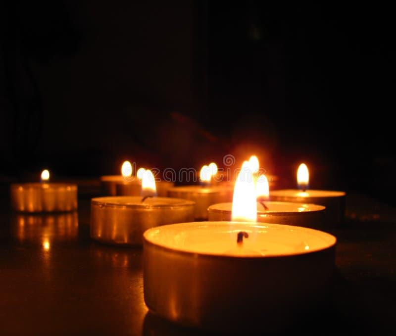 Weiße Kerzen belichten die Nacht lizenzfreie stockbilder