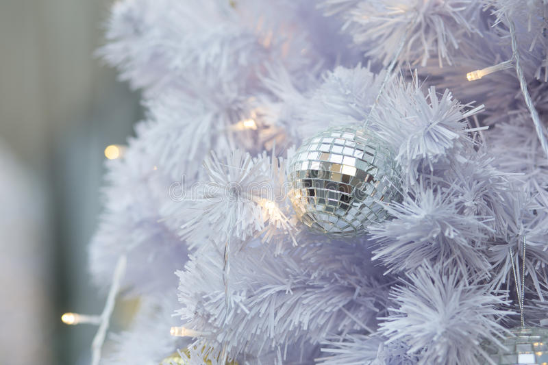 Weiße Kiefer Weihnachten und Ballhintergrund stockbild