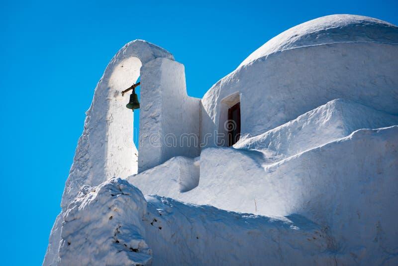 Weiße Kirche auf Mykonos mit Glocke stockfotos
