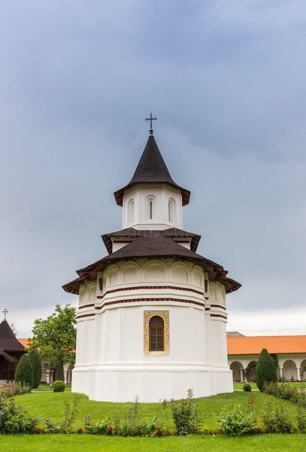 Weiße Kirche des Brancoveanu-Klosters in Sambata de Sus lizenzfreie stockbilder