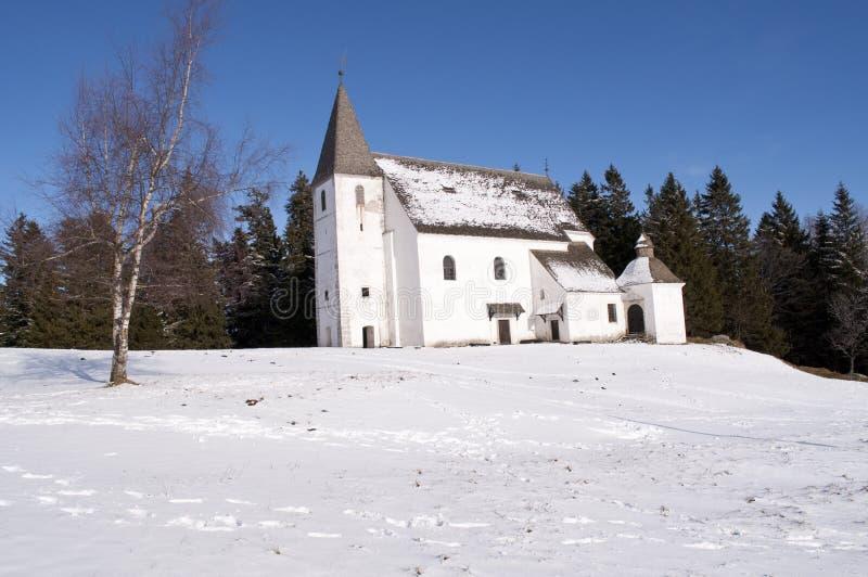 Weiße Kirche im Schnee lizenzfreie stockbilder