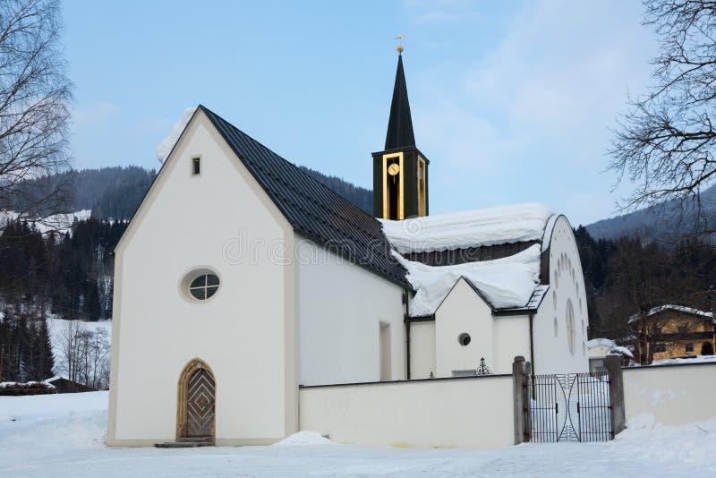 Weiße Kirche im Winterschnee stockfoto