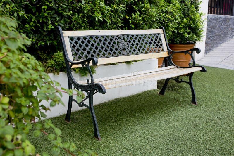 wei e klassische bank im garten stockfoto bild von dekor outdoor 49322280. Black Bedroom Furniture Sets. Home Design Ideas