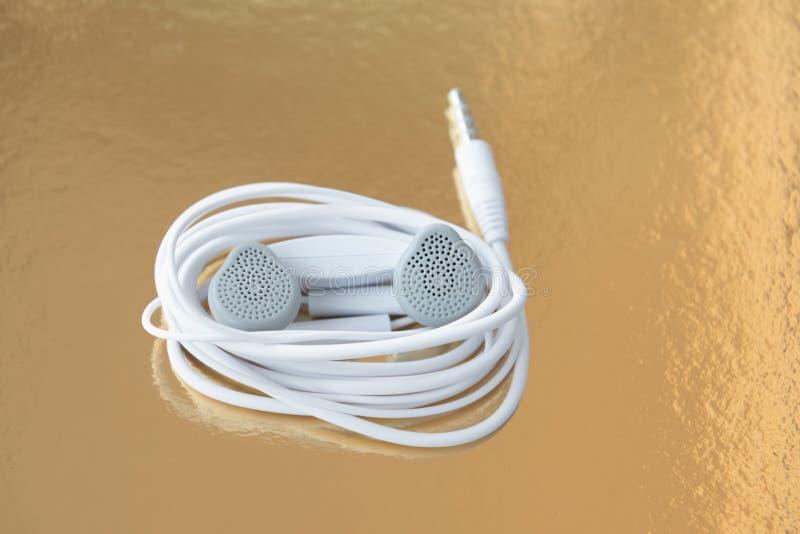 Weiße Kopfhörer, Ohrenpfropfen lizenzfreies stockfoto