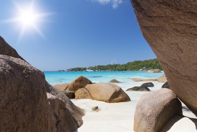 Weiße korallenrote Strandsand und der Azurblauindische ozean. Segeljacht an lizenzfreies stockbild