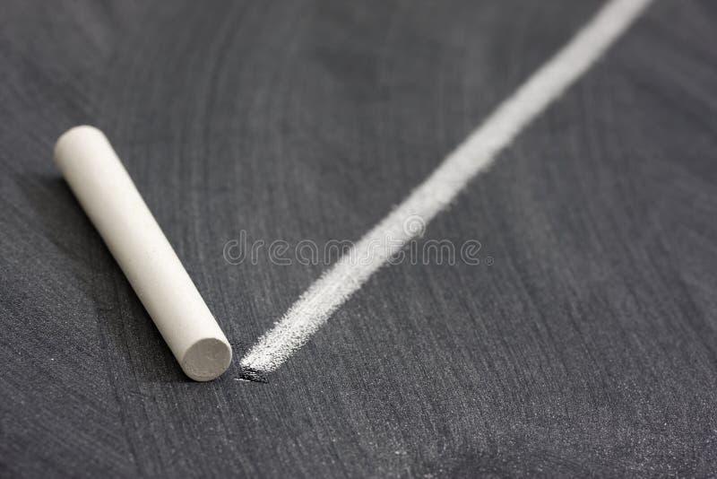 Weiße Kreide und Zeile auf Tafel stockfotos