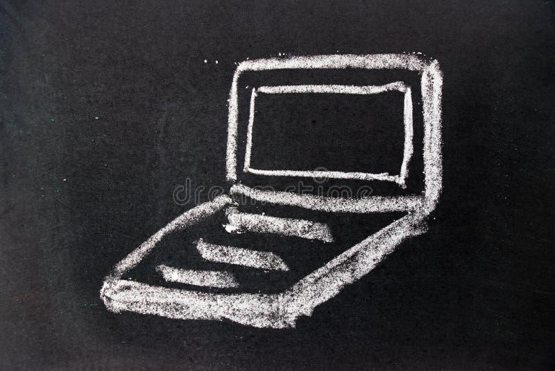 Weiße Kreidezeichnung als Notizbuchform auf schwarzem Bretthintergrund stockbild