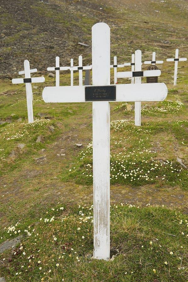 Weiße Kreuze am alten Kirchhof im Dauerfrostboden rieben in Longyearbyen, Norwegen lizenzfreie stockfotos
