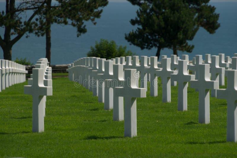 Weiße Kreuze am amerikanischen Kirchhof Normandies und am Denkmal, Colleville-sur-Mer, Normandie, Frankreich mit dem Meer im Hint stockfoto