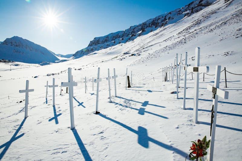 Weiße Kreuze des alten Kirchhofs im schneebedeckten sonnigen Wetter stockfotos