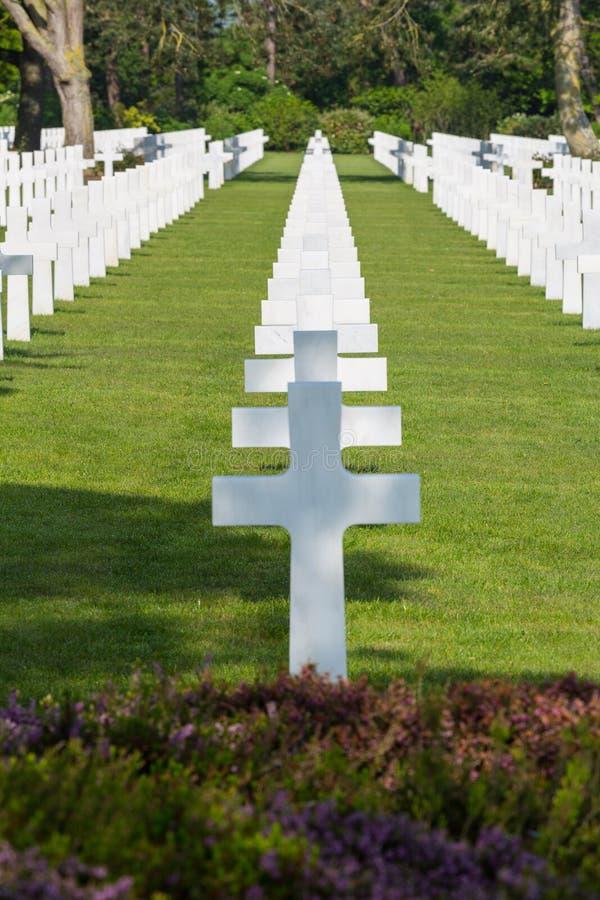 Weiße Kreuze des amerikanischen Kirchhofs und des Denkmals Normandies des Zweiten Weltkrieges lizenzfreies stockbild